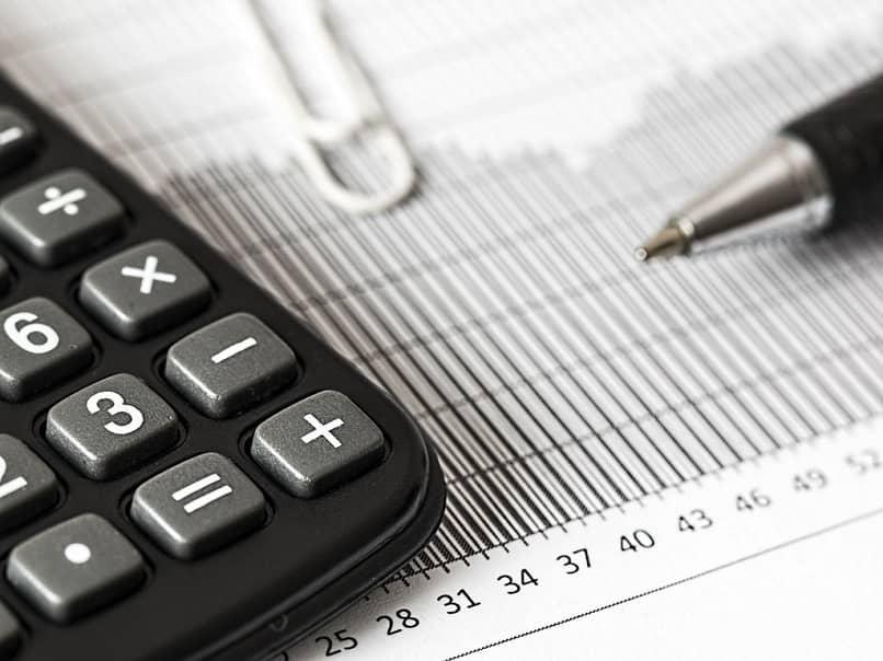 una calculadora, un clip y la punta de un bolígrafo