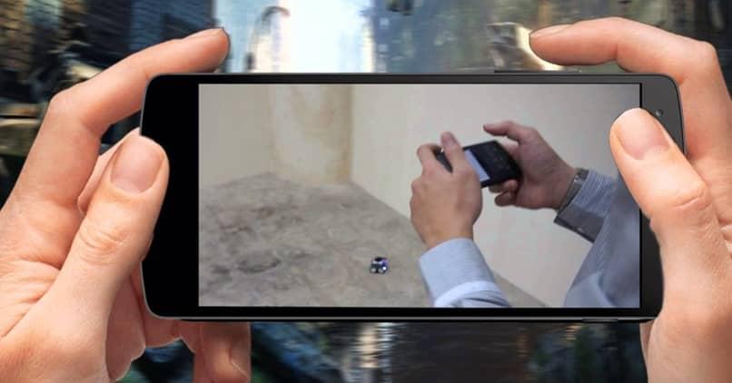 Pantalla del teléfono móvil en manos