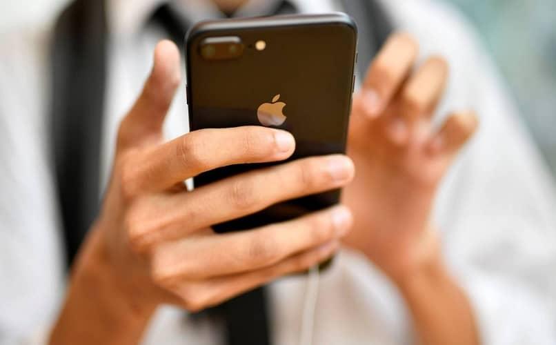 sostener el teléfono iphone