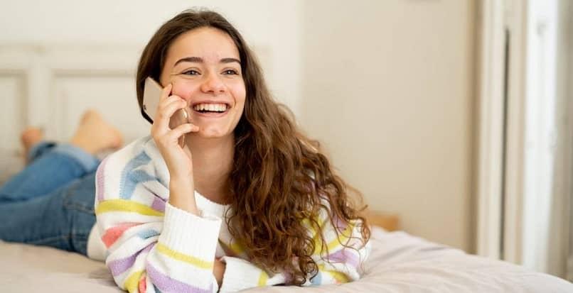 Chica hablando por teléfono celular