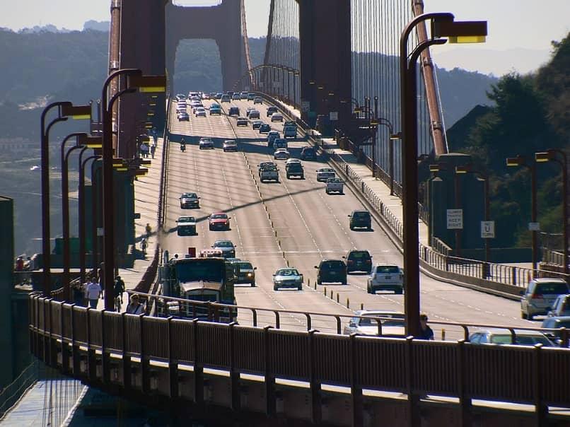 coches cruzando un puente entre ciudades.