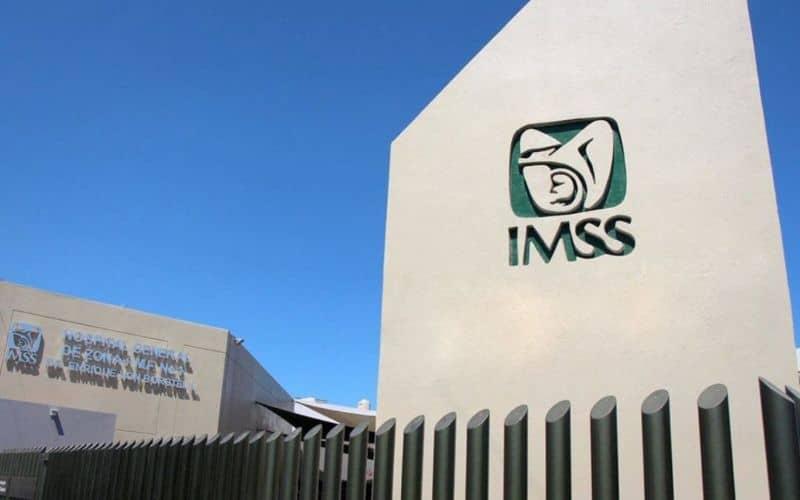 Edificio imss con logo en la pared.
