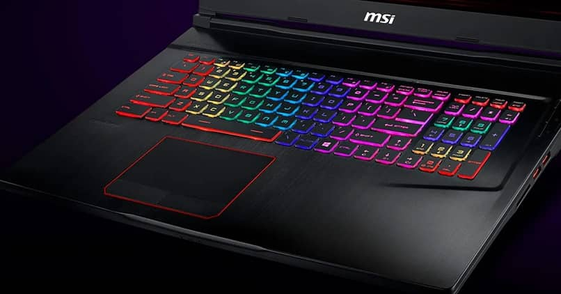 Teclado de portátil moderno colorido