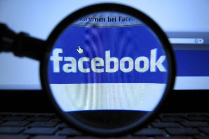 lupa computadora página de facebook