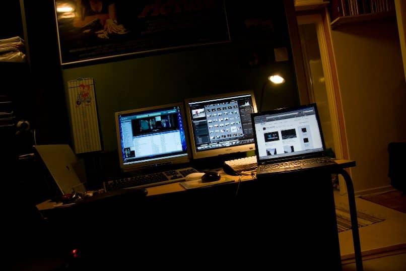 Estudio de trabajo con tres pantallas