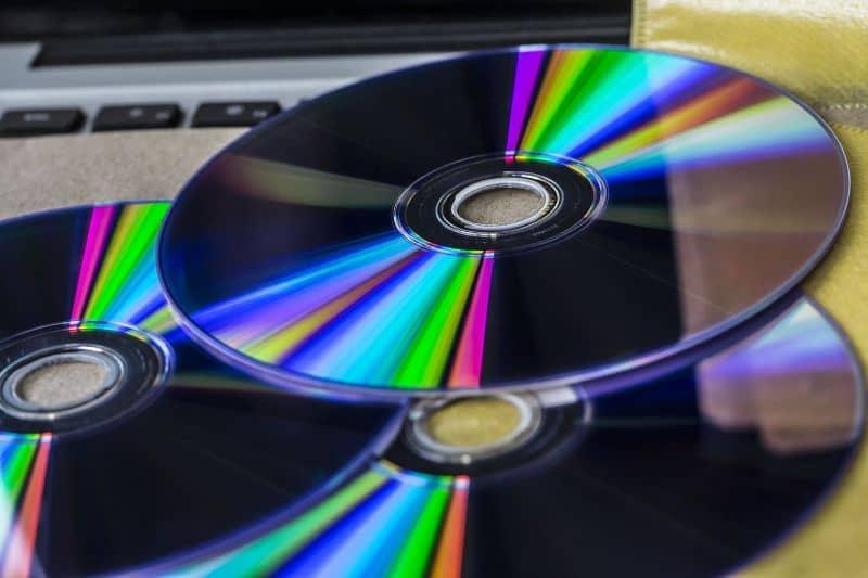 tres cds en una mesa de abajo hacia arriba