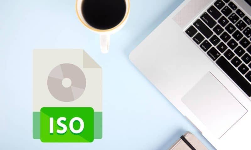 Icono de formato ISO y portátil y taza de café en la mesa