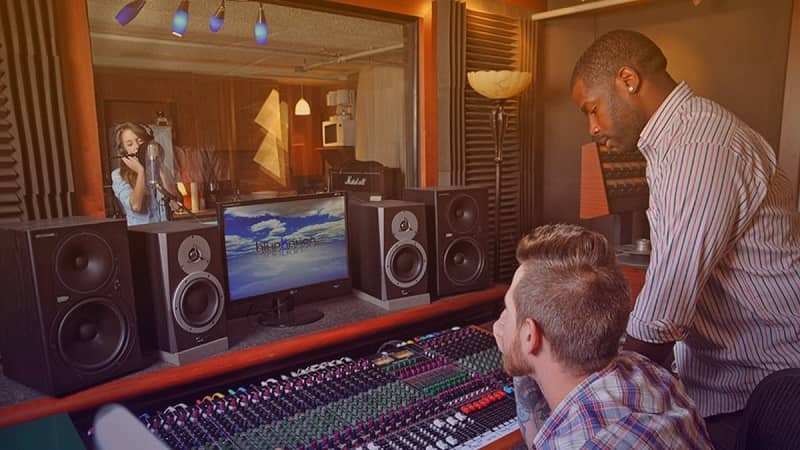 hombres en un estudio de grabación