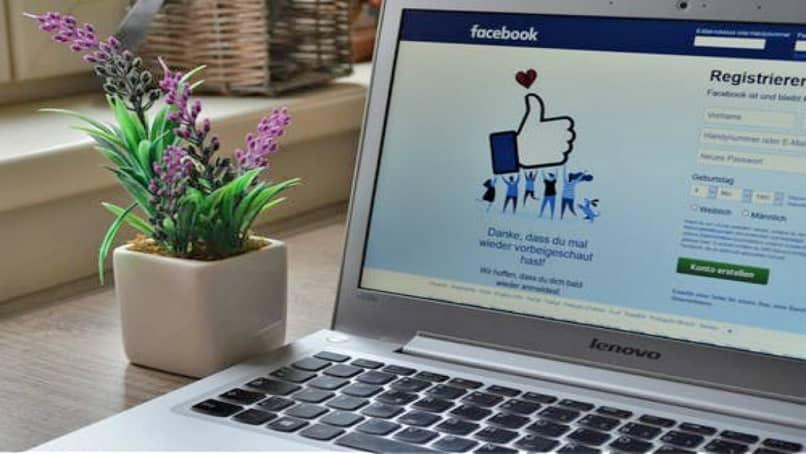 Registro de Facebook en una computadora portátil