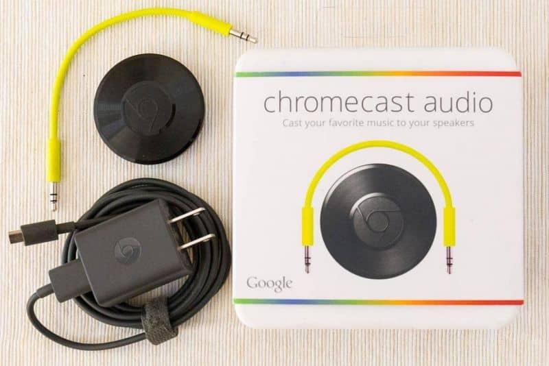 Caja de audio Chromecast en mesa de madera