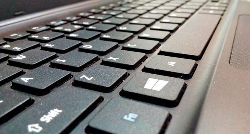 Usar el teclado en inglés en una computadora portátil
