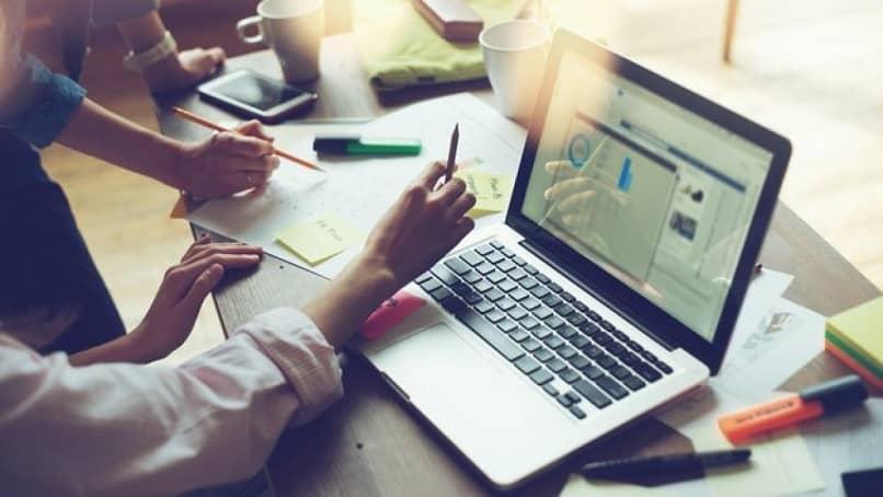 gente oficina reunión trabajo reloj uso portátil