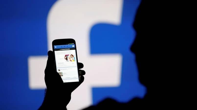 persona que usa Facebook desde su móvil