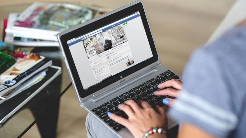 mujer iniciando sesión en facebook para ver sus solicitudes