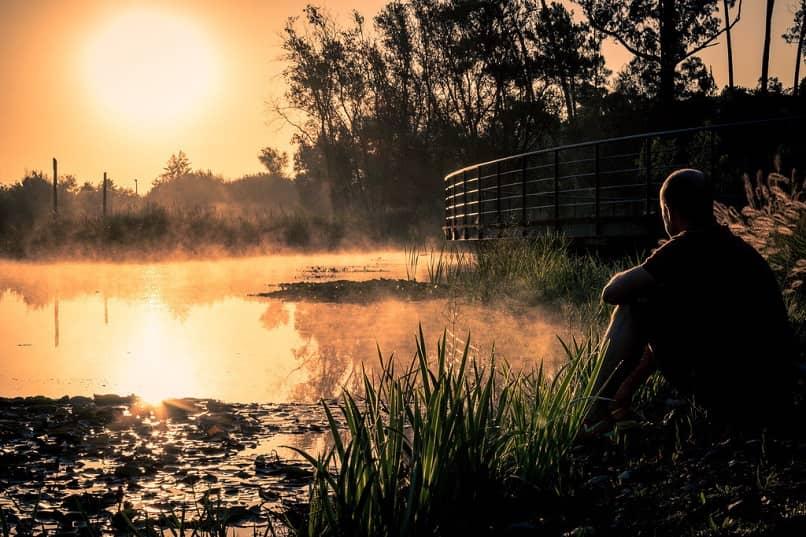 Hombre pensando frente a un lago