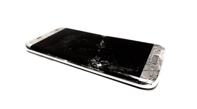 móvil con pantalla rota
