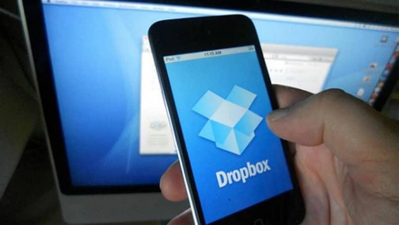 Un teléfono que muestra el icono de la aplicación de Dropbox