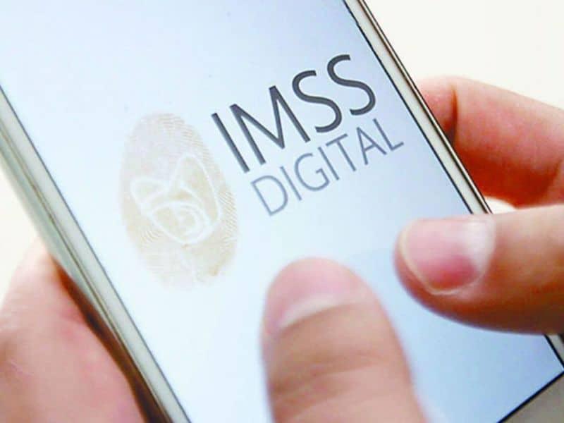 manos sosteniendo el teléfono con mensajes digitales en la pantalla