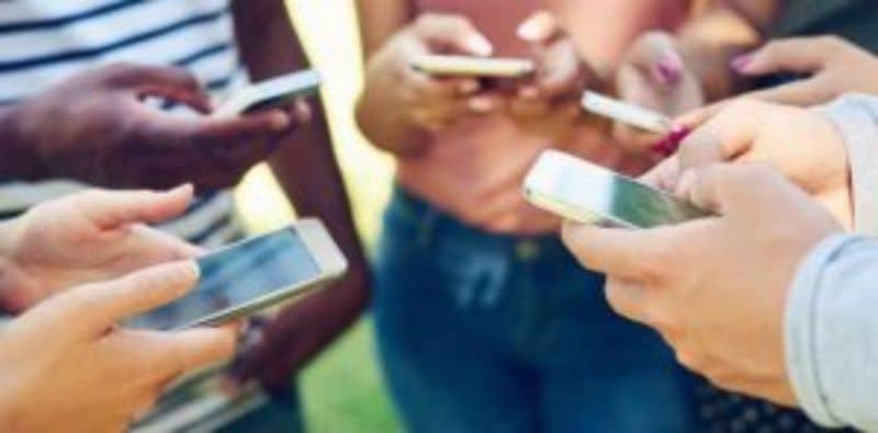 grupo de personas usando celular