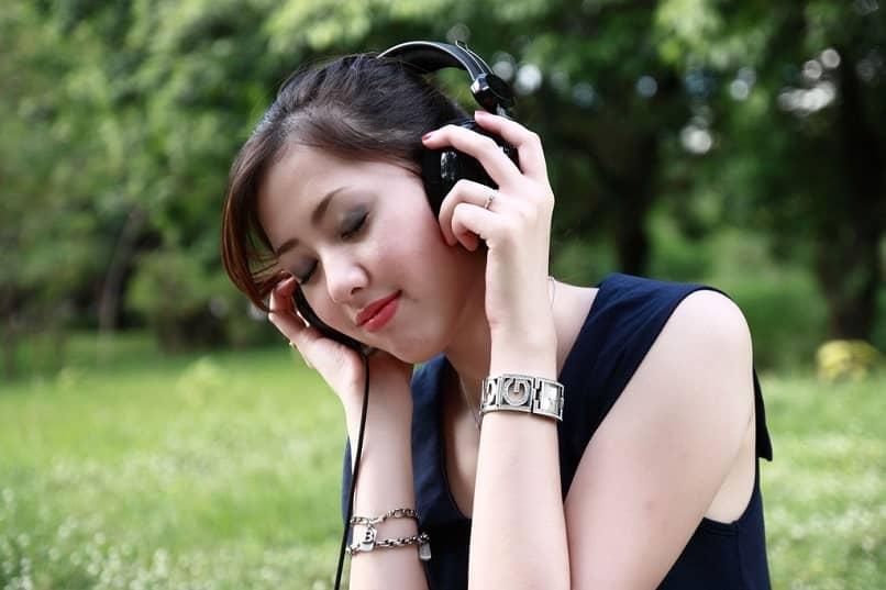 mujer escuchando una canción con auriculares