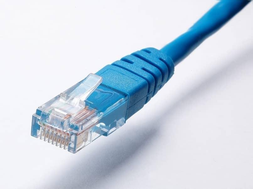 Close-up de un cable ethernet azul