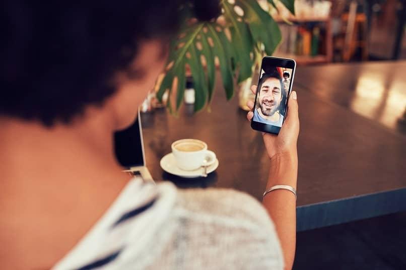 mujer sosteniendo telefono