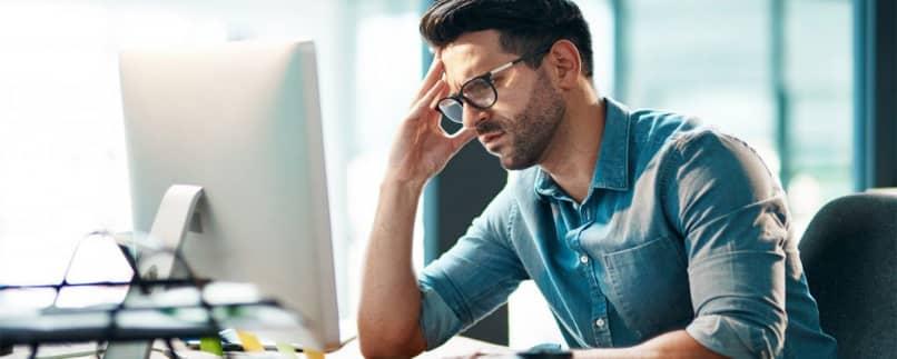 El hombre estresado frente a la computadora