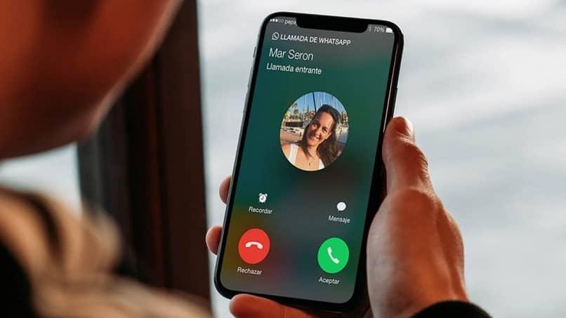 quien paga consume videollamadas a través de WhatsApp