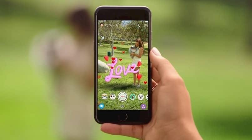 una mano muestra con snapchat los resultados de snapchat en la foto