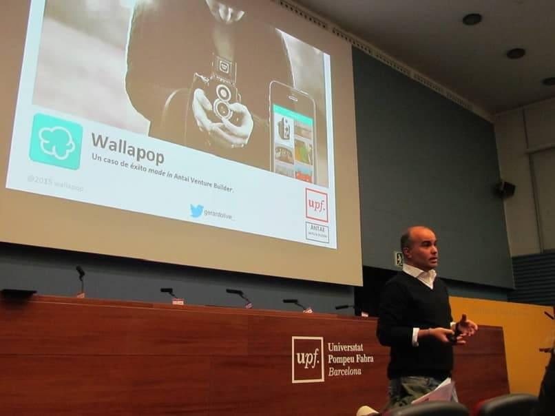 hombre dando conferencias wallapop