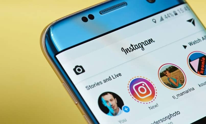 Móvil Samsung con Instagram en pantalla