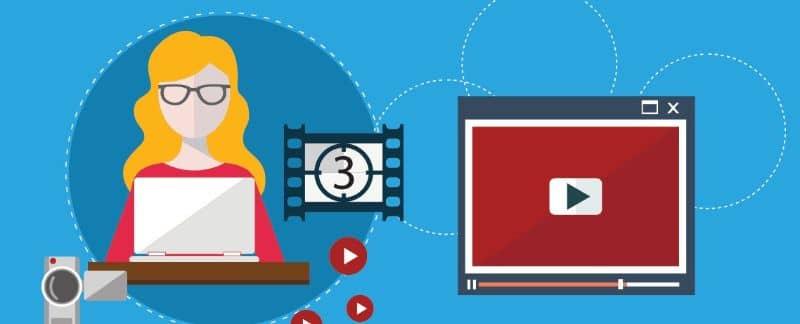 Chica en pantalla de video portátil y cámara con fondo azul.
