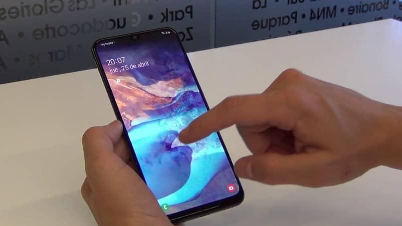 toca la pantalla del móvil