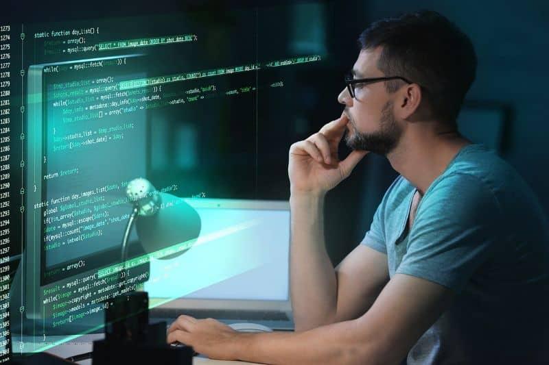 Ilustración del hombre mirando la pantalla contra un fondo oscuro