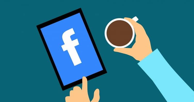 Personas navegando en Facebook