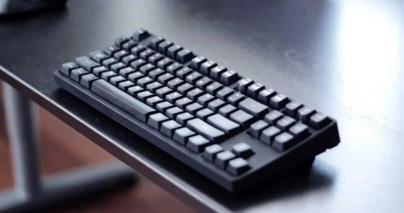 mesa de teclado piso negro