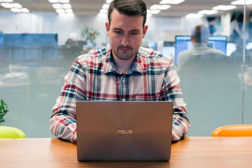 hombre en la oficina con laptop