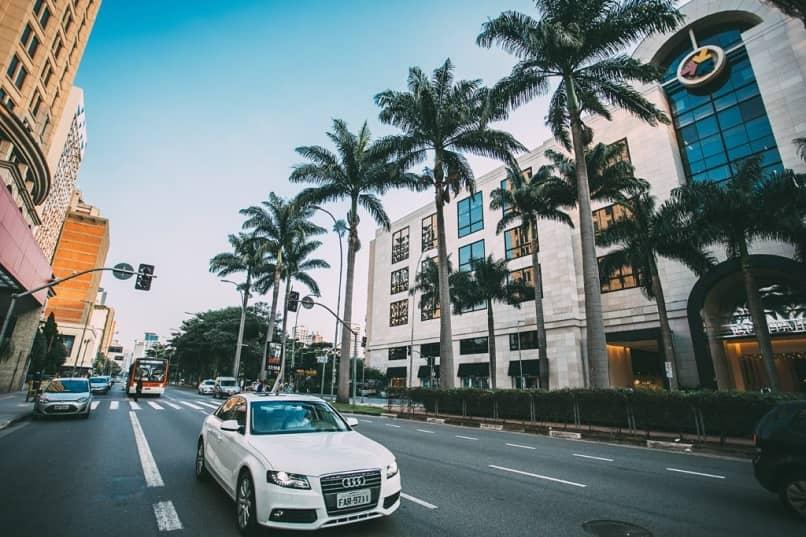 autos en la calle de una ciudad