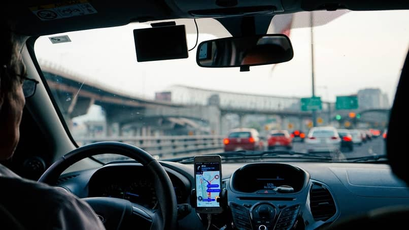 super trabajador viajando en coche