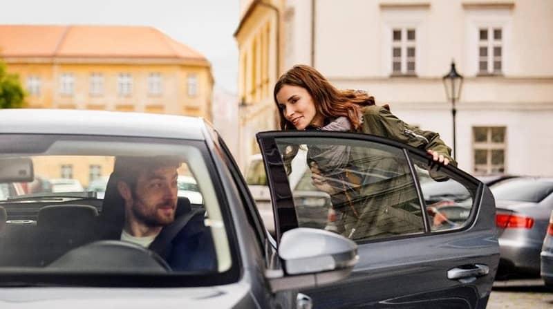 mujer se sube al coche uber