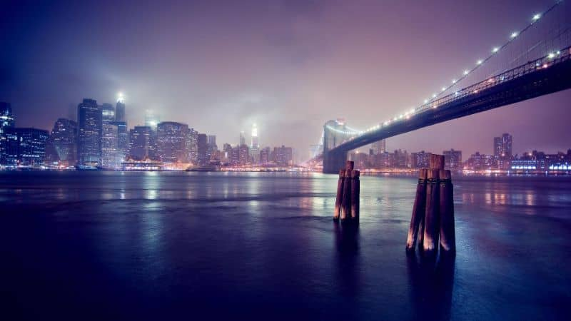 puente sobre el lago en la ciudad