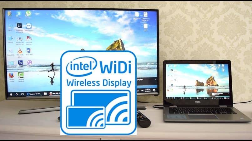 computadora portátil y televisor inteligente conectados a intel widi