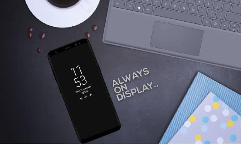 iphone en escritorio gris con letras