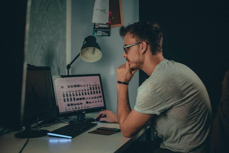 Persona que usa computadora