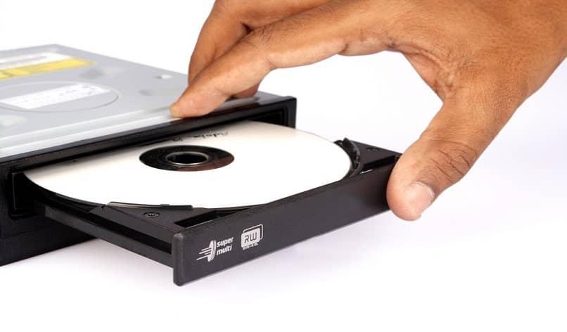 insertando cd en la computadora portátil