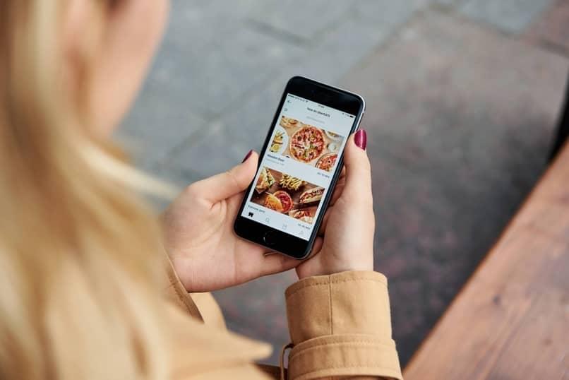 mujer ordenando uber eats
