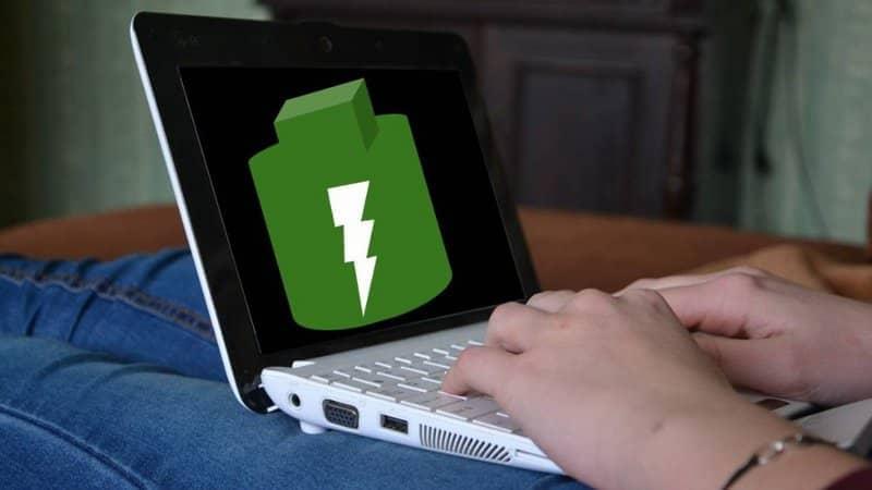 hombre cargando su laptop