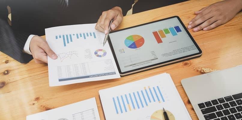 personas que analizan gráficos y datos de Excel