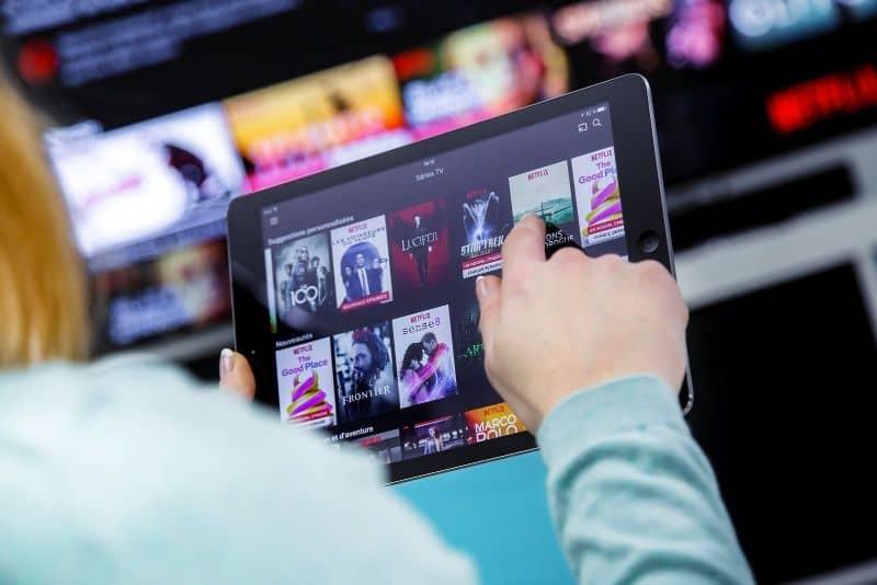 Personas que operan Netflix en tabletas