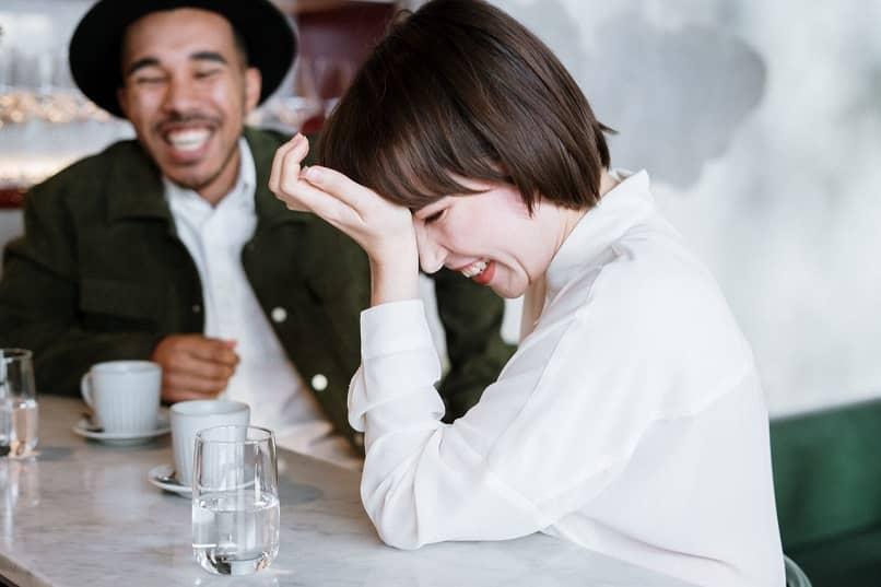 mujer y hombre riendo